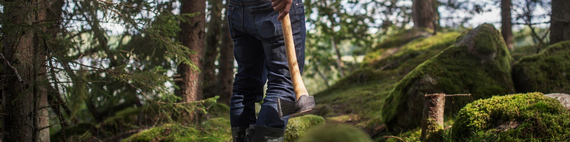 Hand holdning axe in forest